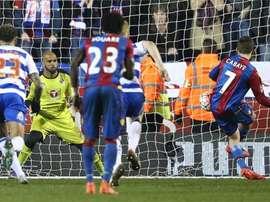 Yohan Cabaye abrió el marcador para el Crystal Palace ante el Reading desde el punto de penalti. AFP