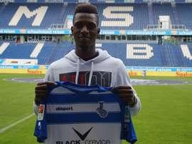 Yusupha Yaffa posa con la camiseta de su equipo, el Duisburgo alemán. Twitter