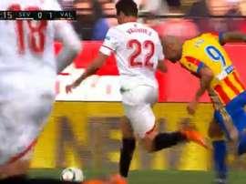 Zaza tried to fool the referee into awarding a foul in a bizarre fashion. Screenshot/beINLaLiga