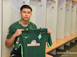 O atacante chinês de 20 anos abraça uma experiência na Bundesliga. Twitter/Werder Bremen