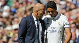 L'ex entraîneur du Real Madrid, Zidane, avec l'un de ses 'chouchou' Raphaël Varane. EFE