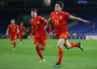 James strikes late as Wales sink Czechs