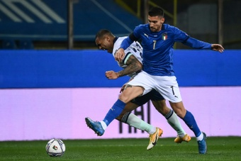 Lorenzo Pellegrini (R) pulled up injured in Italy training. AFP