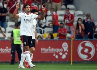 Benfica hold on with 10 men at PSV to reach Champions League 'objective'