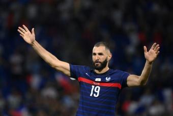 L'attaquant français Karim Benzema salue les supporters à la fin du match. AFP
