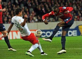 Divok Origi (d), alors à Lille, face au défenseur du PSG Thiago Silva en Coupe de la Ligue au stade Pierre-Mauroy, le 3 février 2015