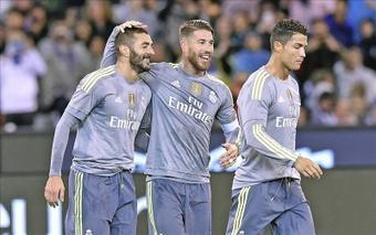 El futbolista del Real Madrid Karim Benzema (izq) celebra un gol con sus compañeros Sergio Ramos (c) y Cristiano Ronaldo. EFE