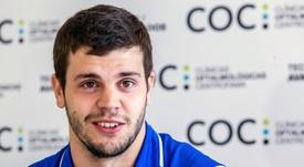 El alero serbio Dejan Todorovic posa para los medios durante el acto de su presentación como nuevo jugador del UCAM Murcia. EFE