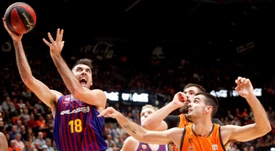 El escolta del Barca Lassa, Pierre Oriola (i), con el balón ante el alero de Valencia Basket, Alberto Abalde, durante el encuentro de la Liga Endesa que disputaron en el pabellón Fuente San Luis, en Valencia. EFE