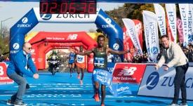 El atleta etíope Ayana Tsedat entra en meta como vencedor de la XXXV edición del Maratón Ciudad de Sevilla. EFE
