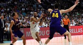 El base argentino del Real Madrid, Facundo Campazzo (c), controla la pelota ante la oposición de los jugadores del Barcelona Lassa, Kevin Pangos (i) y Ante Tomic (d), durante el segundo partido de la final de la Liga Endesa de baloncesto disputado en el Wizink Center de Madrid. EFE