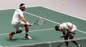 Los argentinos Máximo González y Leonardo Mayer durante el partido de dobles de la Copa Davis ante Alemania que se disputa este miércoles en la Caja Mágica de Madrid. EFE/Chema Moya