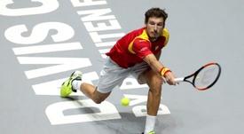 El tenista español Pablo Carreño devuelve la bola ante el argentino Guido Pella, durante el partido de cuartos de final que se disputa este viernes en la Caja Mágica de Madrid. EFE/ Kiko Huesca.