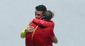 Roberto Bautista y Rafa Nadal celebran su victoria en la final de la Copa Davis tras el partido del balear ante el canadiense Denis Shapovalov en Madrid. EFE/Kiko Huesca