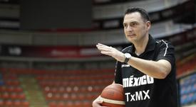 El español Sergio Molina, entrenador de la selección mexicana de baloncesto, posa para Efe al termino de una sesión de entrenamiento este miércoles, en la ciudad de Guadalajara (México). Molina dijo que el poco tiempo de preparación al frente del combinado será su principal rival para enfrentar a Bahamas este jueves en la eliminatoria para el AmeriCup 2021. EFE/ Francisco Guasco