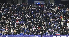 Espectadores se protegen con mascarillas en un partido de fútbol disputado en Seúl. EFE/EPA/Archivo