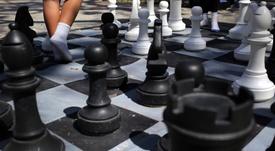 Imagen de un tablero de ajedrez gigante en una de las áreas deportivas de La Habana Vieja, en la Habana (Cuba). EFE/Alejandro Ernesto/Archivo
