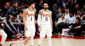 En la imagen un registro de Ricky Rubio (d) y Devin Booker (i), de los Suns  Phoenix, quienes fueron piezas clave en el triunfo de su equipo 117-115 sobre los Mavericks de Dallas (EEUU). EFE/Soobum Im/Archivo