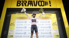El ciclista ecuatoriano del equipo Ineos Grenadiers,  Richard Carapaz, fue registrado este jueves al lucir la camiseta de los premios de montaña del Tour de Francia, al final de la etapa 18, en La Roche-sur-Foron (Francia). El ecuatoriano llegó segundo en la etapa y asumió el liderato de la montaña.  EFE/Stephane Mahe