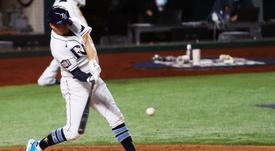 El jugador de los Rays de Tampa Bay Willy Adames batea ante los Dodgers de Los Ángeles durante el tercer partido de la Serie Mundial de las Grandes de Béisbol disputado en el Globe Life Field de Arlington, Texas (EE.UU.), este 23 de octubre de 2020. EFE/John G. Mabanglo