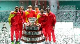 Los integrantes del equipo español tras recibir el trofeo que les acredita vencedores de la final de Copa Davis, en las instalaciones de la Caja Mágica, en 2019 en Madrid. EFE / Kiko Huesca /Archivo
