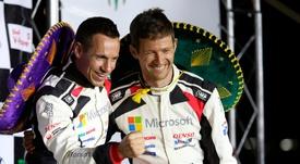 El francés Sebastien Ogier (d) y su copiloto, Julien Ingrassia (i), tras ganar el Rally de Guanajuato 2020, en León (México). EFE/Luis Ramírez/Archivo