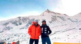 El vizcaíno Alex Txikon (d) posa junto con el italiano Simone Moro (i) a su llegada al campo base del Manaslu (8.163 metros), la octava cumbre más alta del planeta, en Nepal. EFE/ Phelipe Eizagirre