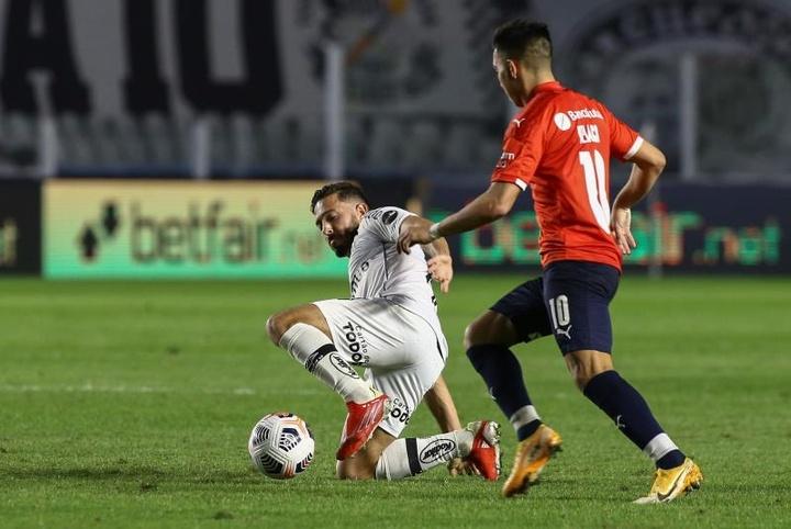 Santos venció por la mínima a Independiente. EFE
