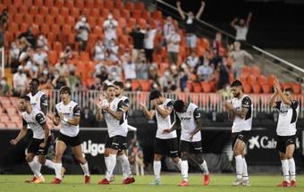 El Valencia coge moral para la Liga y se lleva el Trofeo Naranja frente al Milan. EFE