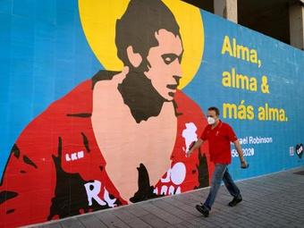 El artista callejero LKN homenajeó a Robinson con este mural. EFE