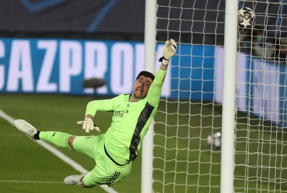 Courtois celebra el reencuentro con el Bernabéu y recuerda a Lorenzo Sanz. EFE