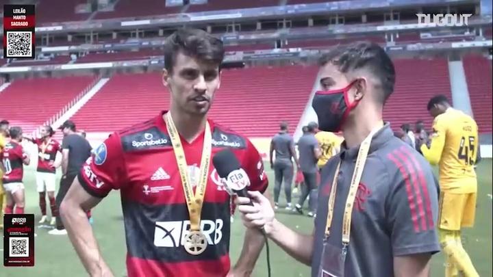 O zagueiro do Flamengo comemorar o título. DUGOUT