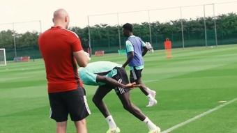 Bukayo Saka se reapresenta e começa pré-temporada no Arsenal. DUGOUT