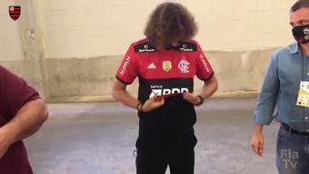 David Luiz posa com a camisa 23 do Fla e visita companheiros antes do jogo. DUGOUT