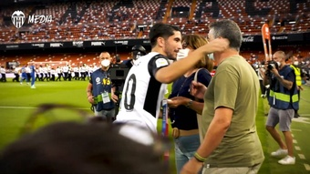 Carlos Soler presents olympic medal to Valencia fans. DUGOUT