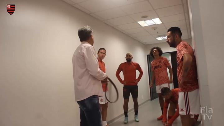 Renato Gaúcho brinca com Gabigol. DUGOUT