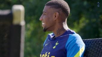 Lucas dá as boas vindas com Emerson Royal no Tottenham. DUGOUT