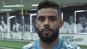 Felipe Jonatan ganha confiança com novo esquema no Santos.