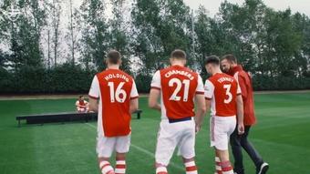 Confira os bastidores da foto oficial do elenco do Arsenal. DUGOUT