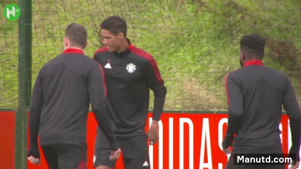 Il primo allenamento di Varane con il Manchester United. Dugout