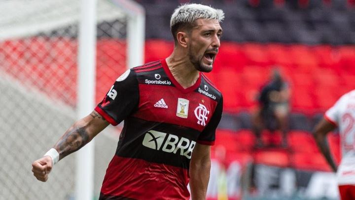 Al Hilal estuda proposta por Arrascaeta e Flamengo pede 20 milhões de euros para iniciar as conversa