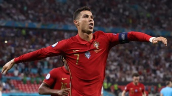 Ali Daei applaudit Cristiano Ronaldo pour son record de buts. Goal