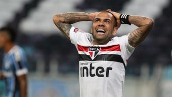 Daniel Alves decide ficar parado até dezembro e prioriza volta ao futebol europeu.