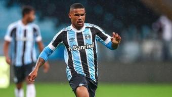 Felipão terá o reforço de Douglas Costa para o jogo contra o Athletico-PR.