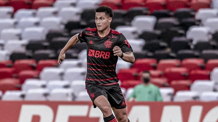 Flamengo espera árabes por forma de pagamento para negociar João Gomes