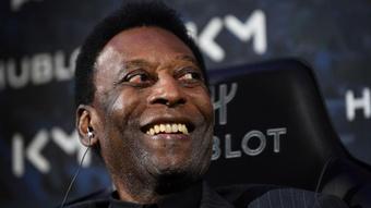 Pelé, internado, acalma fãs. AFP